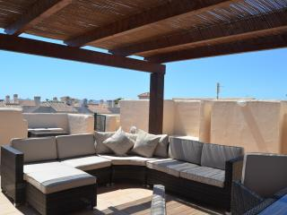 Penthouse, roof terrace, free wifi, balcony, pool views, communal pool