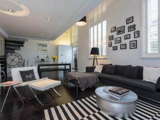 Pristine 2 bed open plan mezzanine flat, Lyham Road, Clapham, Londres