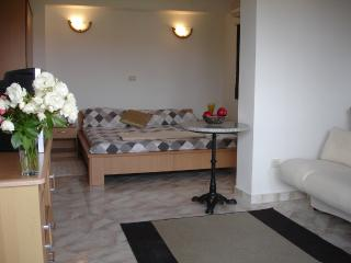 'Ocre Studio' Bright Studio apartment in Villa, Funtana