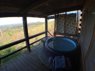 The Roost, cozy log cabin on ridge top, with stunning view from hot tub for two on the deck!, Eureka Springs