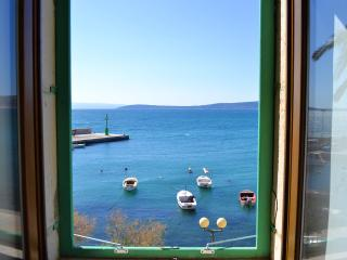 DELUXE PORT VIEW SEAFRONT APARTMENT NEAR SPLIT AND TROGIR