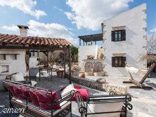 Stunning Venetian Mansion, free WiFi, sleeps 8+, Akrotiri