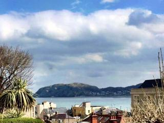 ORME COTTAGE, elevated position, enclosed patio, pet-friendly, in Llandudno Ref