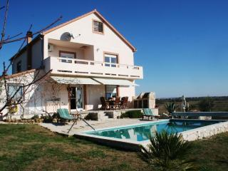 Spacious villa with 28 sqm pool, stunning countryside views & tranquil location