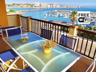 Holiday seafront apartment in La Escala with pool, L'Escala