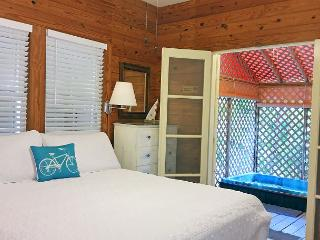 Poinciana Place Garden: First Floor, Hot Tub, Walk to Beach & Downtown!, Key West