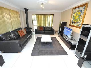 CASTLE HILL FULLY SELF CONTAINED MODERN 3 BED HOUSE (60GIL)