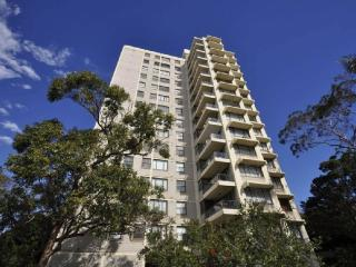 NORTH SYDNEY FULLY SELF CONTAINED MODERN 2 BED APARTMENT (21RIG), Sídney