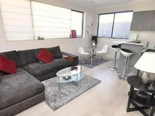 SURRY HILLS FULLY SELF CONTAINED MODERN 1 BED APARTMENT (19FOV), Sídney