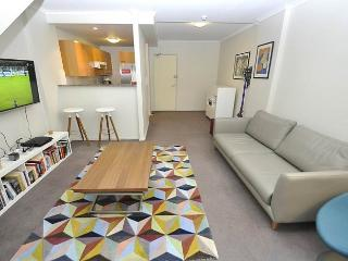 DARLINGHURST FULLY SELF CONTAINED MODERN 1 BED APARTMENT (403POP), Sydney