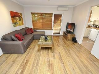 NORTH RYDE FULLY SELF CONTAINED MODERN 2 BED APARTMENT (7KHAT), Sídney