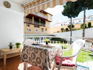 Terraza sobre la piscina y jardín.