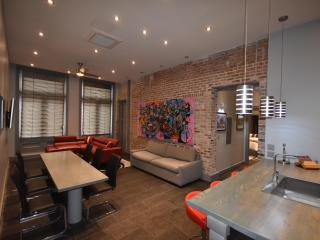 Beautiful 4 Bedroom and 4 Bath with on-site Hot Tub and Pool with Cabanas, New Orleans