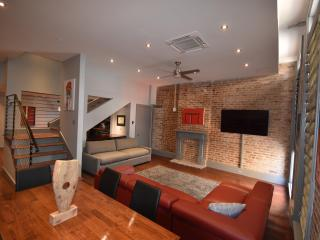 Beautiful 4 Bedroom with on-site Hot Tub and Pool with Cabanas, New Orleans