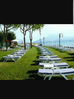 Spiaggia attrezzata con lettini bar e tappeti elastici