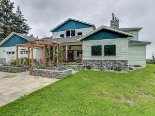 Gorgeous, dog-friendly estate w/ocean views, gourmet kitchen, Port Orford