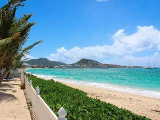 BEACHSIDE CONDO... you can't get any closer to the beach than this!!, bahía de Simpson