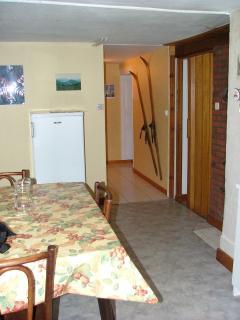 la cuisine avec accès vers WC, salle de bain, chambre et salon