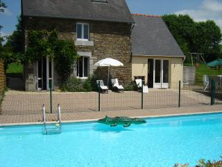 Cottage with private heated pool sleeps 6, Champrepus