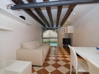 Modern centrally located flat with canal view, Venecia