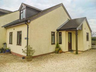 THE RETREAT AT GREENFIELDS, ground floor, parking, decked area, shared grounds, in Lydney, Ref 935285