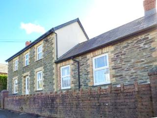 COZY CWTCH COTTAGE, woodburner, pet-friendly, lawned garden, close to beaches, Newcastle Emlyn, Ref 935330