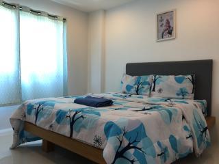 Cozy stay near Kathu golf w/wifi, gym, pool 322
