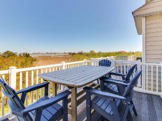 Modern, multi-level bayview condo w/well-appointed patio & balcony + shared pool, Ocean City