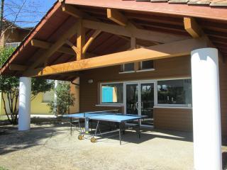 Le bâtiment d'accueil et la table de ping-pong