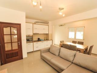 Budva Three Bedroom Apartment (085)