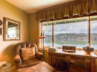 Lakefront condo with fantastic Coeur d'Alene views & pool!, Harrison
