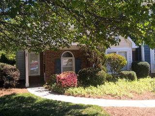 Cozy End Unit Townhome 2 BR/2BA Upgraded Amenities, Greensboro