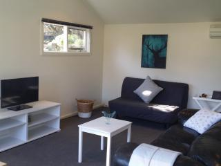 The Barn -Stylish Couples Cottage, Mt Martha