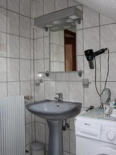 La salle d'eau avec sa douche. Les WC sont séparés