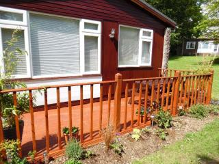 2 Bed Hol chalet sleeps 5, allows dogs & set in manor house grounds near Bude