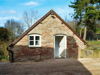 MILL COTTAGE, WiFi, former watermill, luxurious accommodation, wood-fired hot tub, Tenbury Wells, Ref 932218