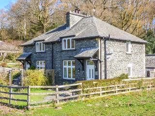 2 MEREWOOD COTTAGES, slate cottage, en-suite, Smart TV, off road parking, lawned garden, in Ecclerigg, Windermere, Ref 935124