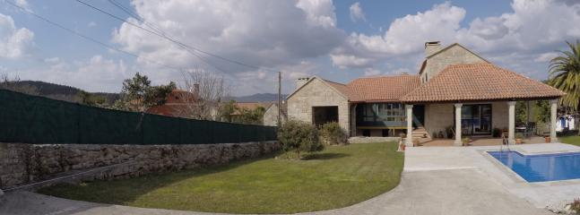 Entrada de la casa con cercado y portal eléctrico