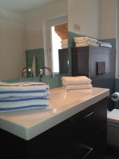 Das Duschbad mit bodentiefer Dusche und WC. Zusätzliches Gäste WC neben dem Schlafzimmer.