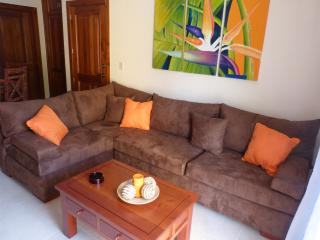 Tropical Estrella del Mar Confortable 2nd floor Condo 2BR/2BA walk to the beach!, Punta Cana