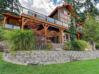 Incredible lakefront estate w/ private dock & room for 8., Chelan