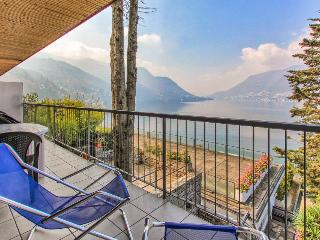 Stunning lake views, a balcony & shared tennis, pool, docks!, Como