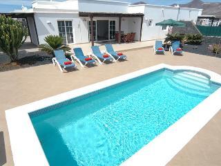 Playa Blanca Villa Sleeps 7 with Pool and WiFi - 5630213