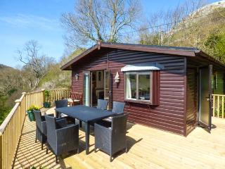 SPRINGTIME LODGE, single-storey lodge with WiFi, close coast, lovely views, Rhyd