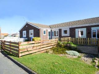 ROCK ROSE ground floor, enclosed patio, pet-friendly, close to beach, shops and restaurants in Beadnell, Ref 936078