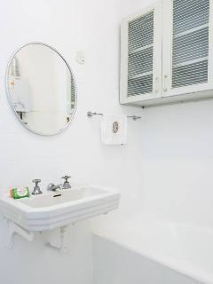 Bathroom 1 / Banheiro 1