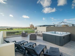 Luxury 3 bedroom apartment with views and jacuzzi