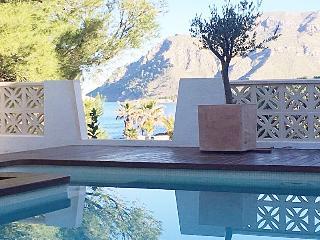 Ferienhaus mit Meer/Bergblick und Pool im idyllisc