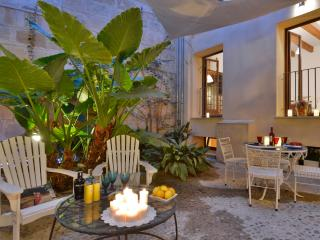 OFFER! Old town historical apartment with patio, Palma de Mallorca