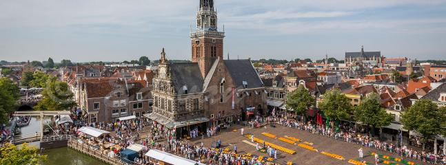 Waagplein met de schitterende Waagtoren en de kaasmarkt van  Alkmaar. uitzicht vanaf het appartement